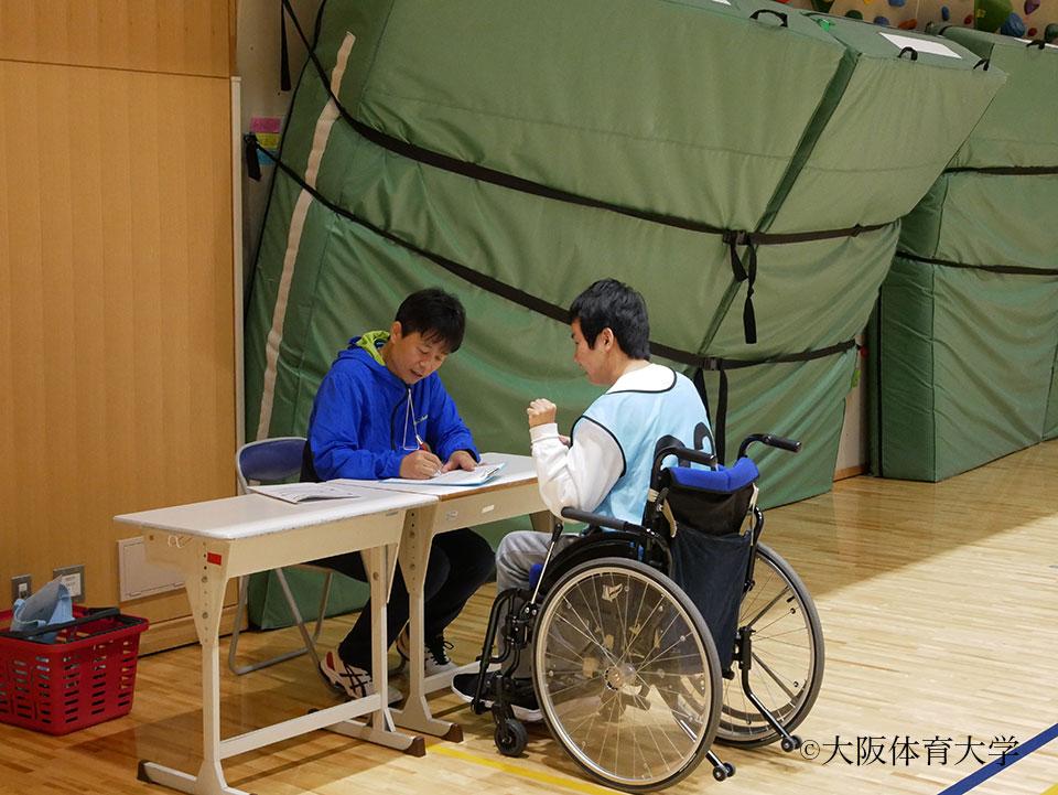 アダプテッドスポーツの専門分野である曽根裕二准教授