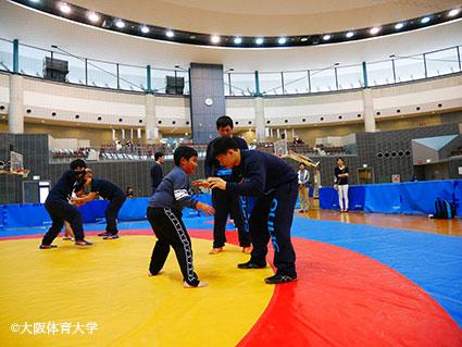 ゼッセル熊取レスリングスクールと本学レスリング部による指導
