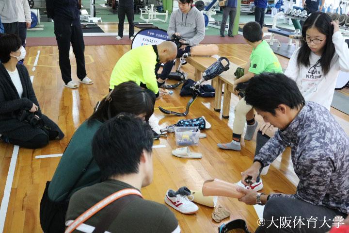参加者全員で競技用義足を着用