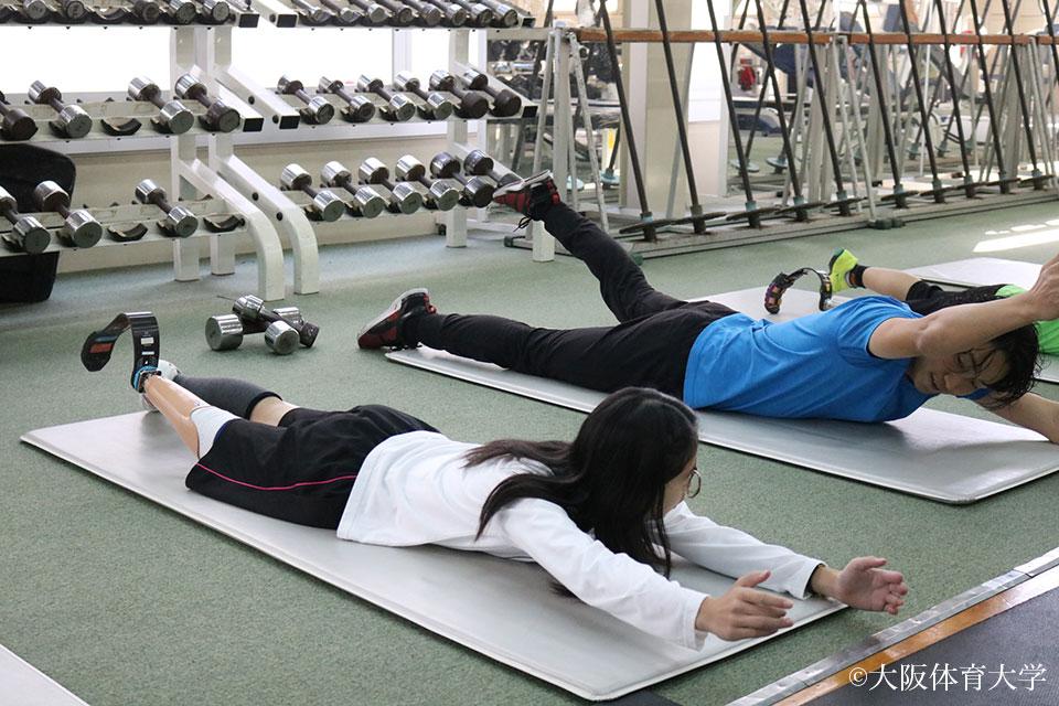 トレーニング体験では主に体幹を鍛えるトレーニングに挑戦