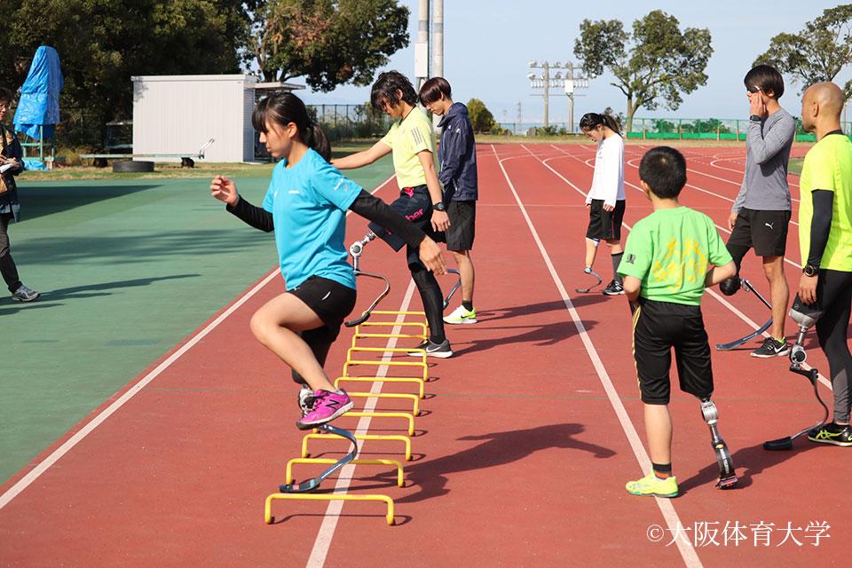 短距離競技の練習をこなしながら板バネの感覚をつかむ参加者