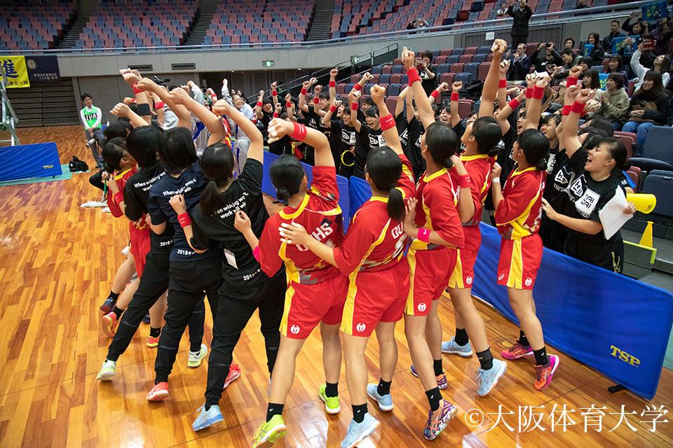 女子の試合開始直前、出場メンバーもベンチも全員がひとつになり気持ちを高め合う