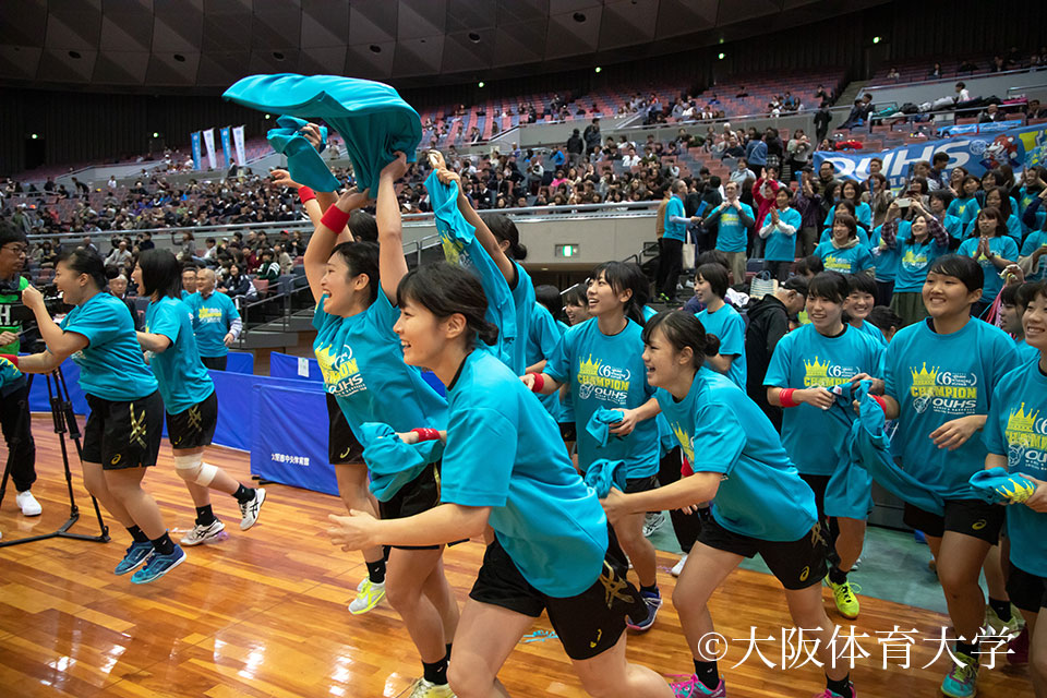 ベンチの応援団は揃いの6連覇Tシャツに着替え、歓喜の瞬間を祝福