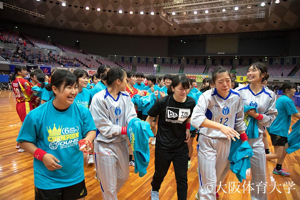 キャプテンとして6連覇を牽引し思わず涙が溢れる犀藤菜穂選手(写真右から3番目)