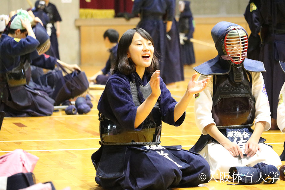 子ども達に声をかける本学剣道部員