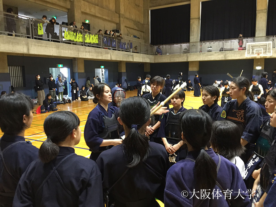 本学学生のアドバイスを真剣に聞く中学生女子剣士達