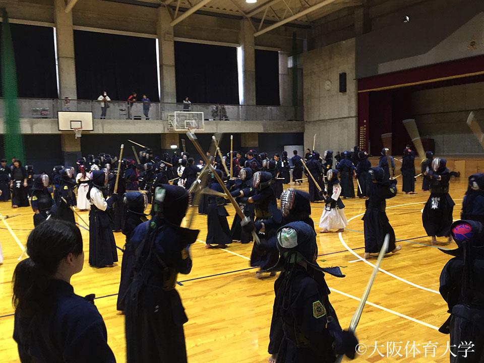 300名の剣士達が竹刀をぶつけ合いました