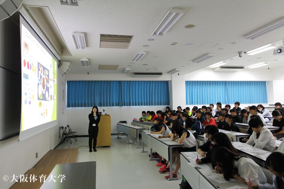 100人の学生の前で講演