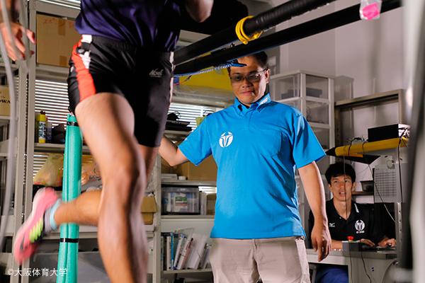 高校生たちは、石川研究室で独自開発したトレッドミルでハイスピード動作を撮影。貴重な体験となった