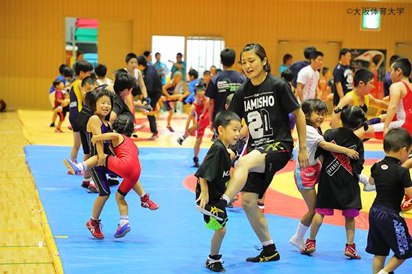 伊調選手も青森市八戸の道場でレスリングを始めた頃、ここに参加する子どもたちと同じように楽しみながら練習していたという