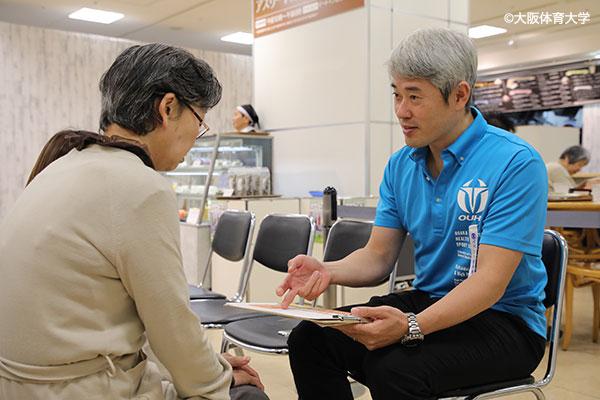三島先生自らもご高齢者の測定結果に向き合いアドバイス