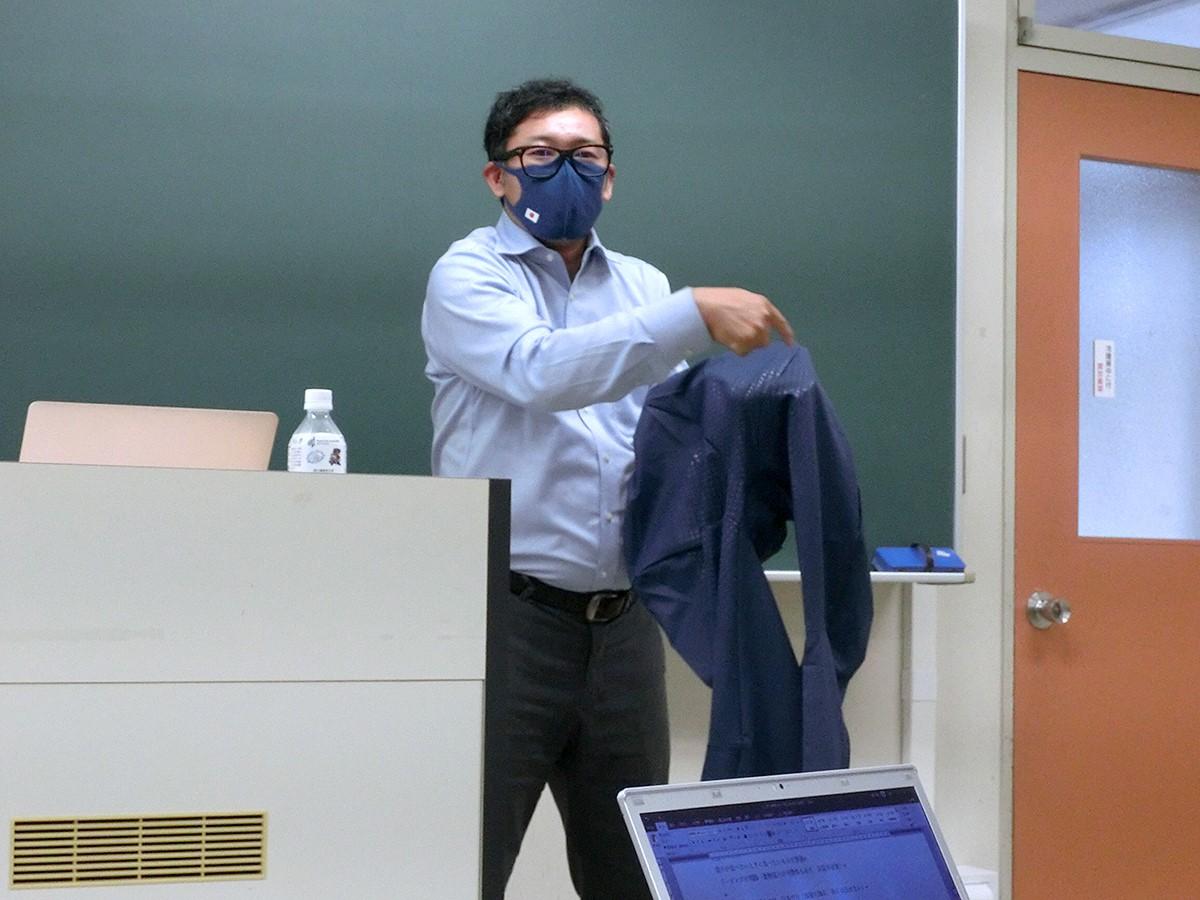 開発から自ら携わったユニフォームの特徴を説明する村上先生