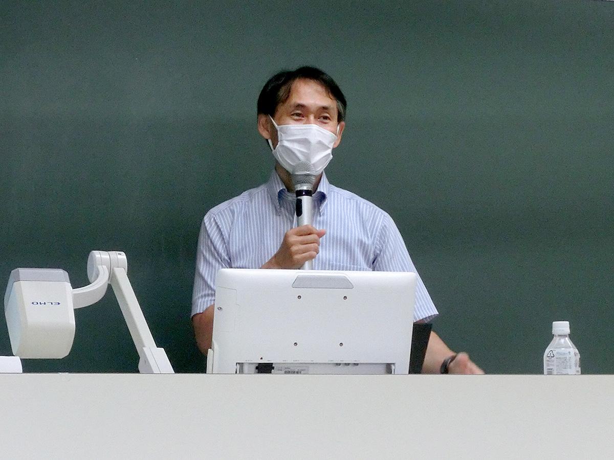 講義をしている石坂友司准教授